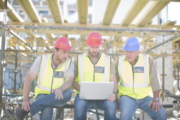 Bauarbeiter mit Laptop macht Pause