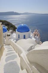 Griechenland, Santorini, Ansicht der weiß getünchten Kirche und Glockenturm in Oia