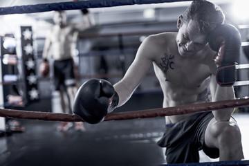 Boxer ruht an der Seite des Boxrings aus