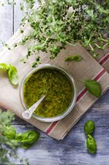 Frisches Basilikum-Pesto in einem Glas