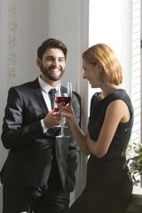Elegantes Paar mit Rotweingläsern in der Gaststätte