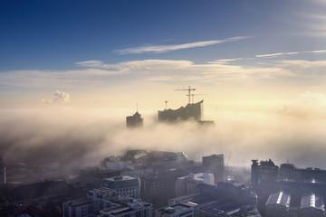 Deutschland, Hamburg, Luftbild der Elbphilharmonie und Stadt im dichten Nebel