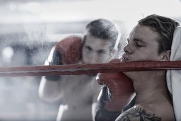 Zwei Boxer kämpfen im Ring