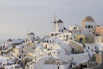 Griechenland Windmühle mit gepflastertem Pfad und grünem Tor in traditionellem griechischen Dorf Oia auf Santorini