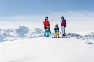 Österreich, Salzburg Land, Altenmarkt-Zauchensee, Familie beim Skifahren in den Bergen