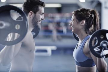 Mann und Frau, beim Fitness-Training mit freien Gewichten