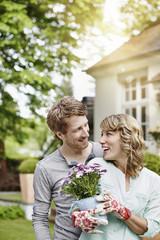 Deutschland, Hessen, Frankfurt am Main, Glückliches Paar im Garten