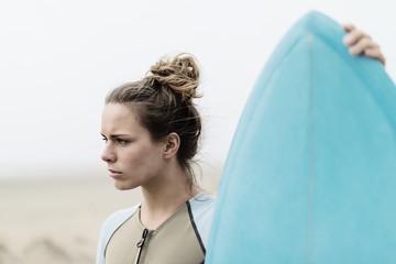 Junge Surferin mit Surfboard