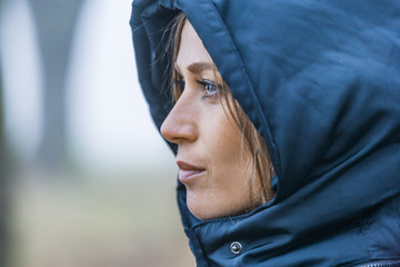 Frau mit blauer Kapuze, close-up