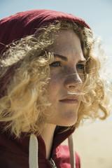 Portrait von Teenager-Mädchen mit Kapuzen-Jacke