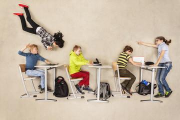 Klassenarbeit, Lehrer schimpft mit Schüler