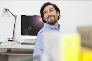 Lächelnder Mann im Arbeitszimmer
