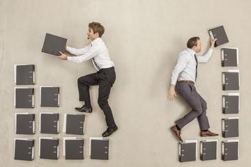 Geschäftsleute sortieren Akten im  Büro