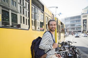 Deutschland, Berlin, junger Mann wartet auf seine Freundin