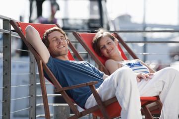 Deutschland, Hamburg, Paar entspannt im Liegestuhl