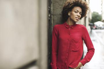 Junge Frau mit roter Bluse