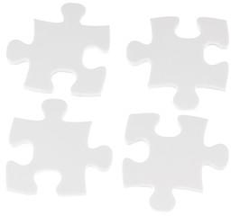 quatre pièces de puzzle sur fond blanc