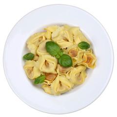 Italienische Nudeln Tortellini mit Basilikum auf Teller Freistel
