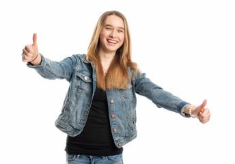 Mädchen in Jeans zeigt Daumen hoch