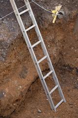 Leiter im Erdloch auf einer Baustelle