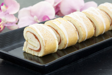 Roulade mit Frucht-Obers-Creme
