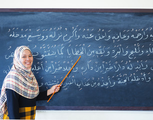 muslim woman teaching islamic the prayers in Arabic