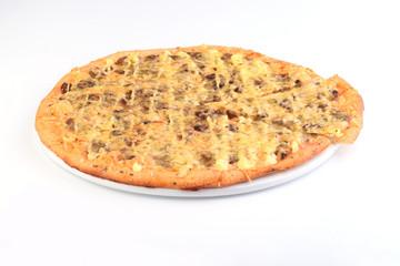 Итальянская пицца с грибами на белом