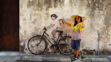 Asiatin posiert bei Straßenmalerei in Georgtown