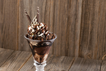 Schokoladen-Eisbecher auf Holzhintergrund