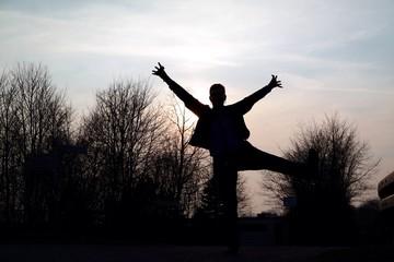 Frau tanzt vor Freude