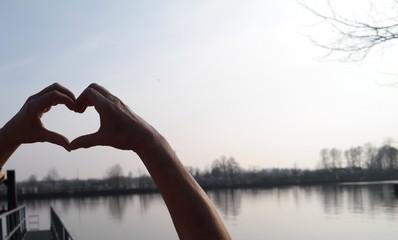 Liebesbekundung Herz aus Händen