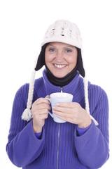 Ältere Frau trinkt ein heißes Getränk isoliert