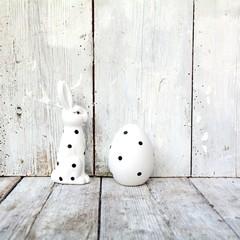 Osterhase mit Ei - schwarz / weiß