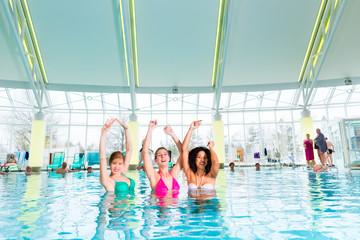 Frauen tanzen im Pool