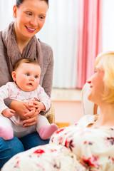 Mütter unterhalten sich über Schwangerschaft bei Hebamme