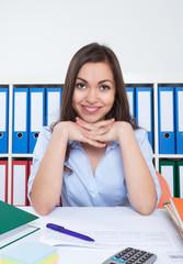 Frau mit langen braunen Haaren im Büro