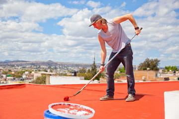 Maler auf einem Hausdach - Impregnieren