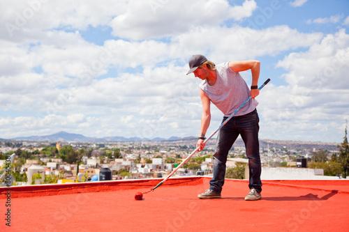 Malerarbeiten auf einem Dach - 80040438