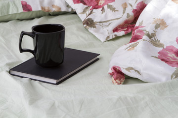 Книжка с кружкой на кровате