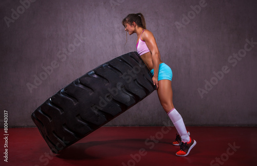In de dag Fitness Girl With Tire