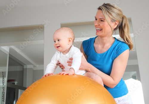 Leinwanddruck Bild Physiotherapie oder Osteopathie bei einem Baby