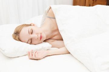 寝る若い白人女性