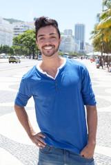 Modischer junger Mann an der Avenida Atlantica in Rio de Janeiro