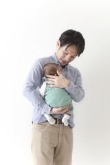 赤ちゃんをだっこする男性