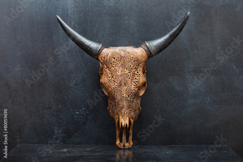 Aluminium Koe head skull of bull on the background textured walls. upright