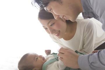 赤ちゃんをあやす夫婦