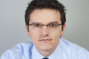 Junger Geschäftsmann mit Brille