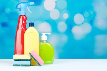 reinigungsflaschen und schwämme