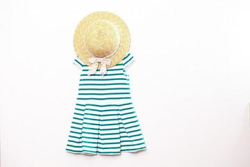 女の子の緑色ワンピースと帽子