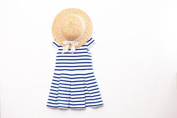 女の子の青色ワンピースと帽子